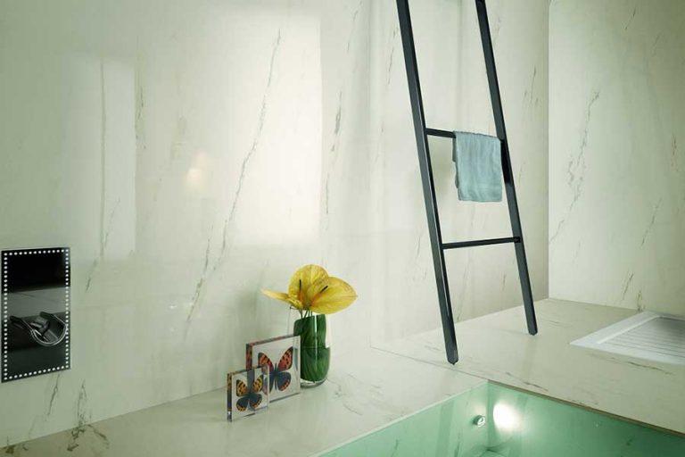 הרצפה והקירות מחופים אריחים גדולים ודקים דמויי שיש FMG להשיג בויה ארקדיה צילום: יחצ